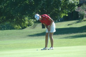 Junior Julie Luo putts on the green. Photo courtesy of Chris Prak.