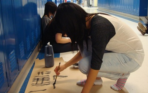 Members of Japanese National Honor Society (JNHS) are preparing for the calligraphy performance that will be presented during the Oshogatsu Festival.
