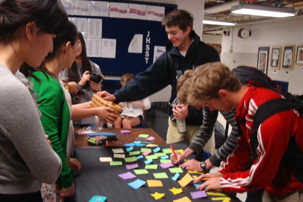 Jefferson students wrote messages on post-it notes to remember the South Korean ferry tragedy and posted them on the poster. Students also received yellow and black ribbons to commemorate the deceased and missing passengers.