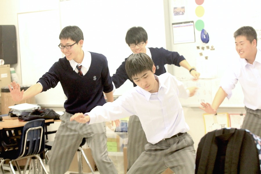 On March 4, students of Wakayama Chiben School dance in the Japanese trailers during eighth period.