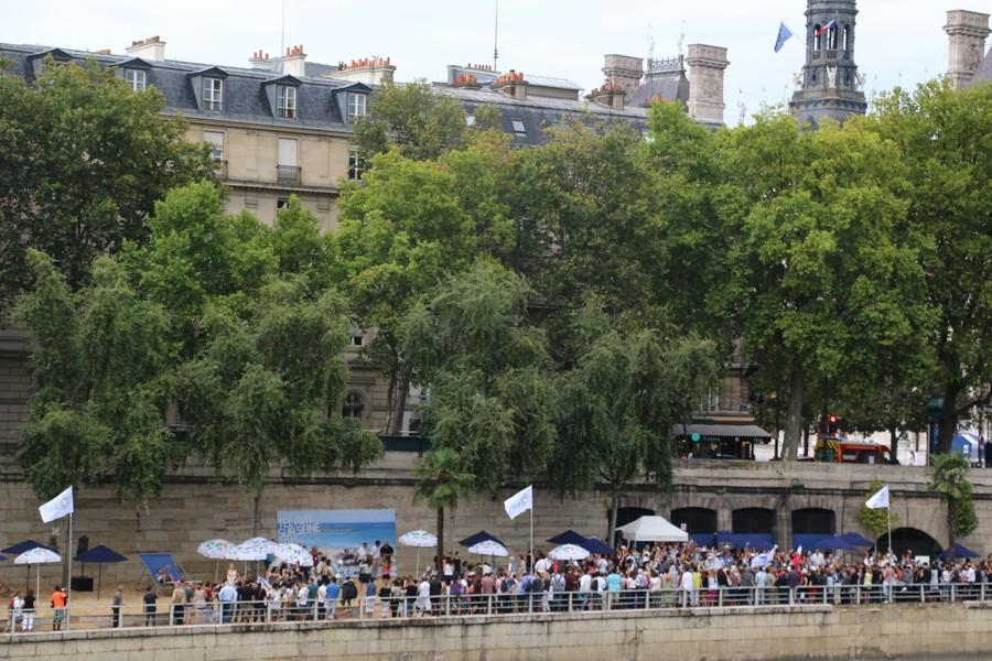 Pro-Israelis celebrate Tel Aviv along the shore of the Seine River (Katherine Du)