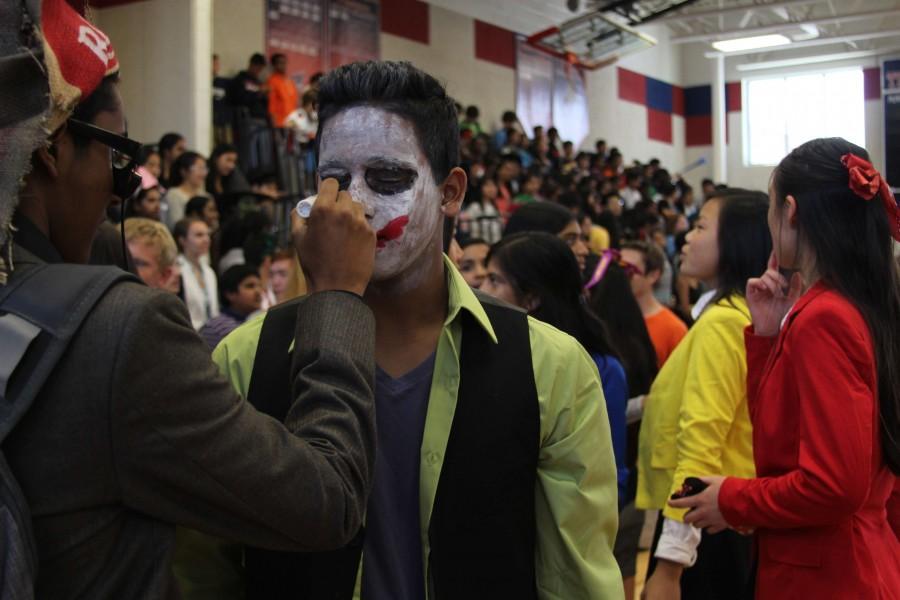 Sophomore+Anthony+Thomas++puts+the+finishing+touches+on+his+costume.+%28Uzma+Rentia%29