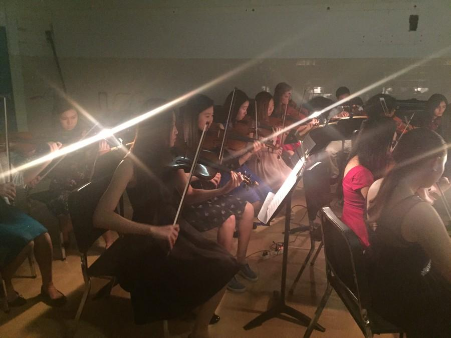 Seniors+Yeonju+Kim+and+Diane+Lee+play+violin+for+the+Jefferson+Orchestra.+
