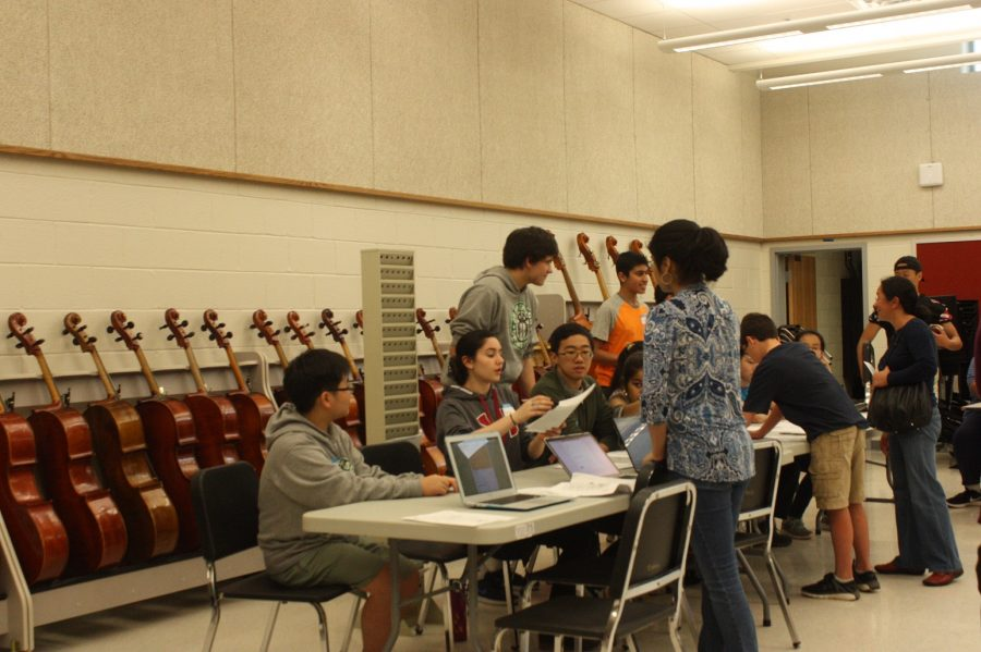 Orchestra students answer questions from rising freshmen about the orchestra classes offered at Jefferson.