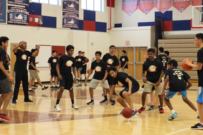 Freshmen+enjoy+a+game+of+basketball+in+the+gym.