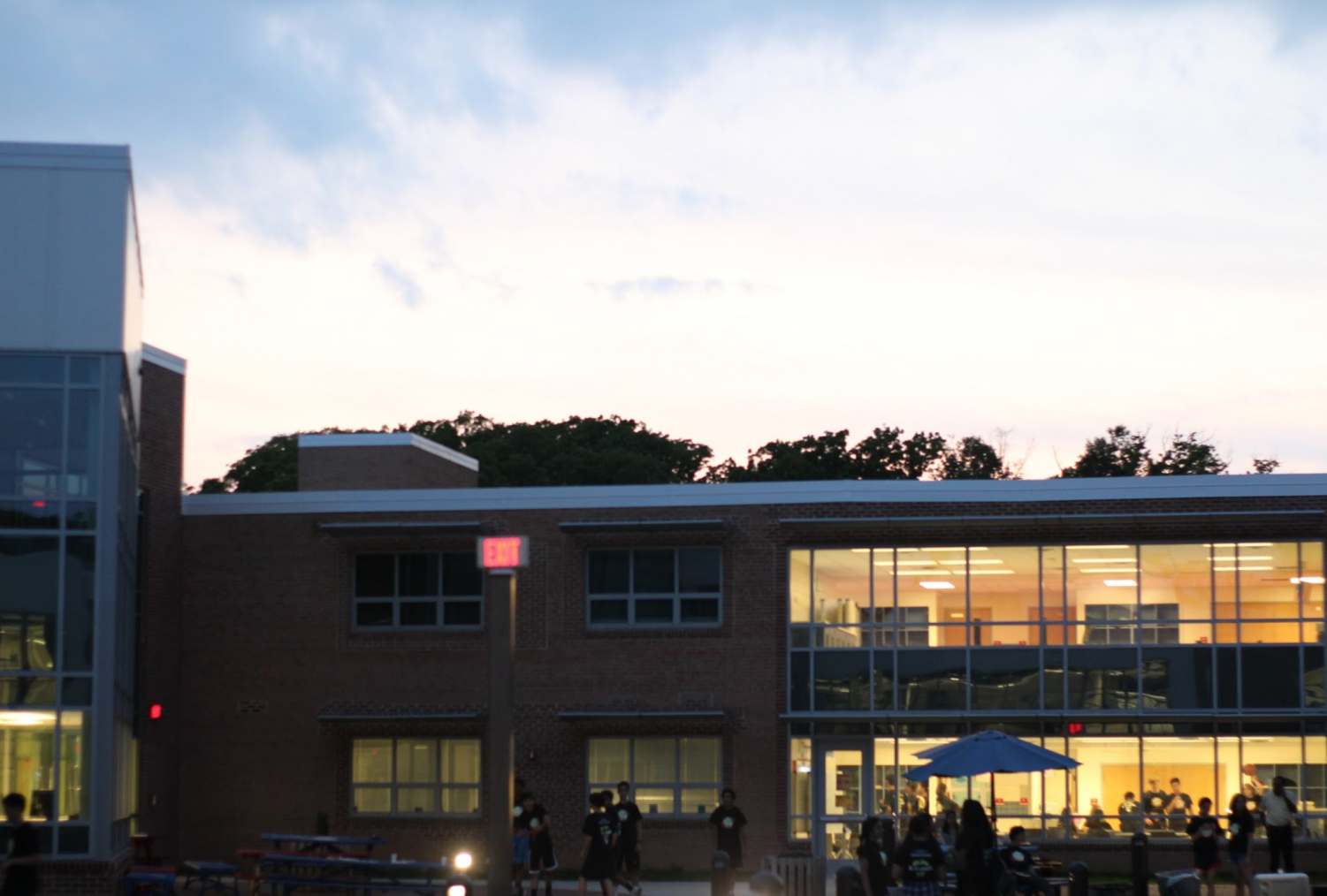 Freshmen+eat+dinner+%28pizza+provided+by+Class+Council%29+in+the+courtyard+on+Friday+night.