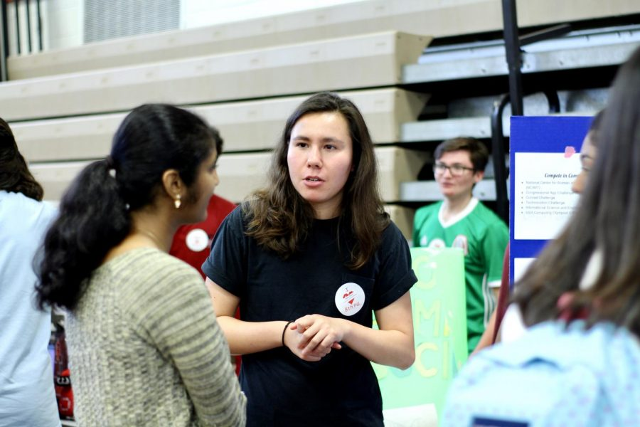 Senior, Rachel Naidich discusses her club, Coding Lady Colonials, with newcomers.
