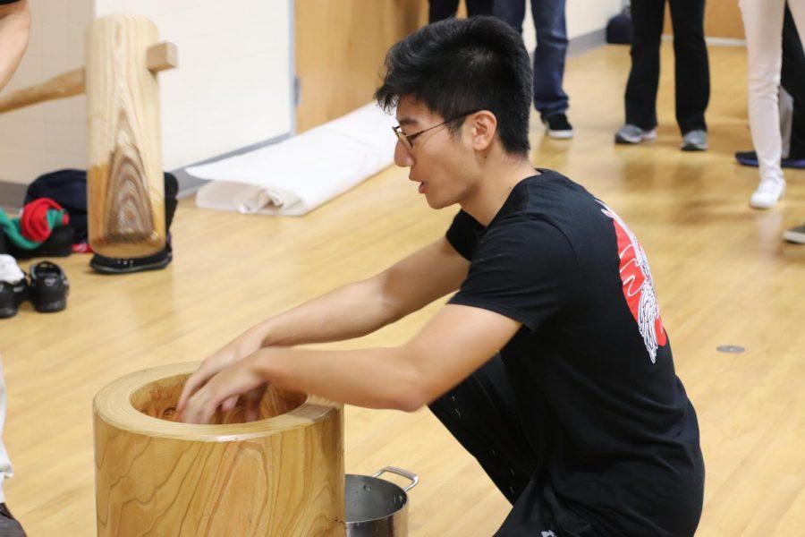 Senior+Richard+Wang+helps+Mr.+Otani+with+making+the+dough+for+mochi.