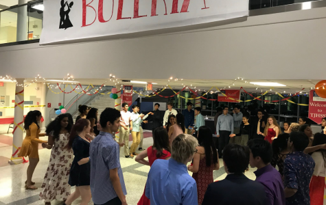 The crowd circles around as Buleria's dance party begins. Photo courtesy of Kirthi Kumar.