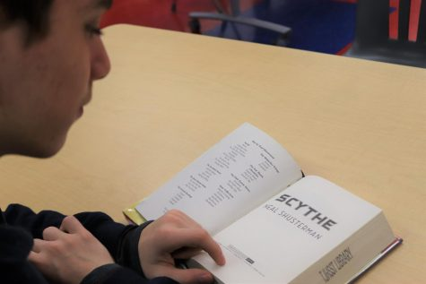 Freshman Gabriel Ascoli reads Scythe by Neal Shusterman. The book has won several awards, including the Printz Honor award and an ALA/YALSA Best Fiction for Young Adults top 10. Scythe is the first in the Arc of a Scythe trilogy.