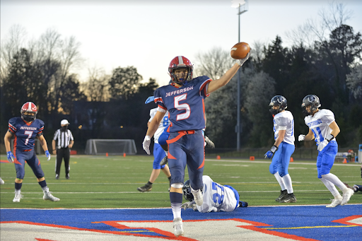 Senior+running+back+Niko+Economos+%285%29+scores+a+touchdown+for+the+Colonials+in+the+second+quarter%2C+giving+the+Colonials+a+6-0+lead.